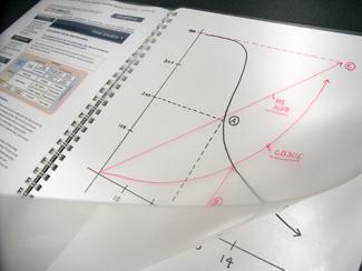 ヌーボードの使用イメージ写真(1) 透明シートに赤い色で説明を追加している様子