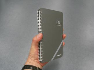ヌーボードの使用イメージ写真(3) 新書判は片手で持てる大きさ