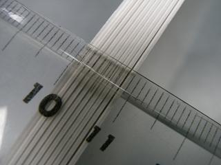 定規をあて、厚さをはかった写真(10枚で約10ミリ)